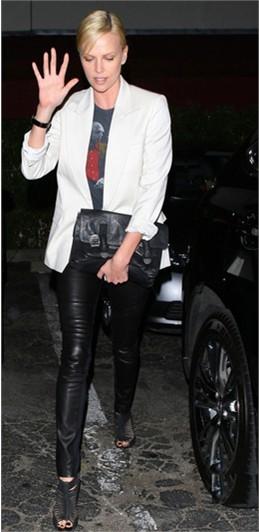 白色西装搭配黑色皮裤
