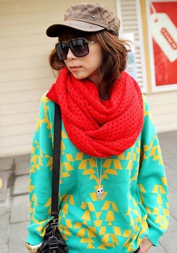 绿色宽松毛衣搭配红色围巾