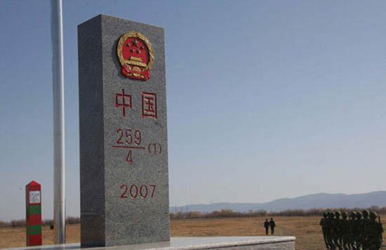 游客可登岛游览中俄一岛两国独特风光。   黑瞎子岛又称抚远三角洲、熊瞎子岛,是位于黑龙江和乌苏里江交汇处的一个岛系,其西半部为中华人民共和国所有,东半部为俄罗斯联邦所有。2010年11月23日,中国和俄罗斯共同发表中俄总理第十五次定期会晤联合公报称双方将共同对黑瞎子岛进行综合开发。