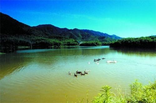 青松岭森林公园位于黑龙江省东部长白山系完达山支脉,平均