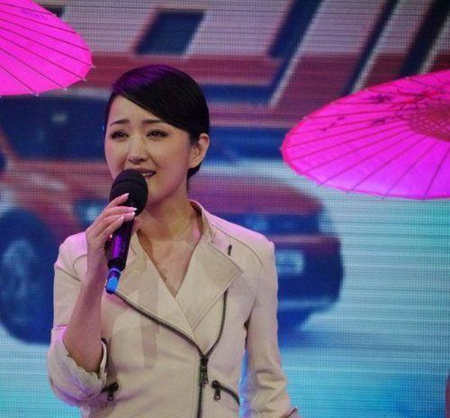 杨钰莹节目现场遭遇选手羞