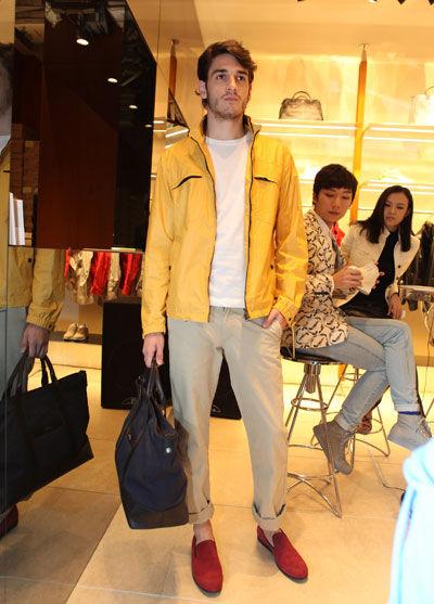 模特身着HOGAN 2012春夏男士系列新品