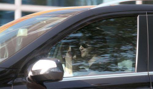 吴京将车停在路边,与谢楠在车中激吻