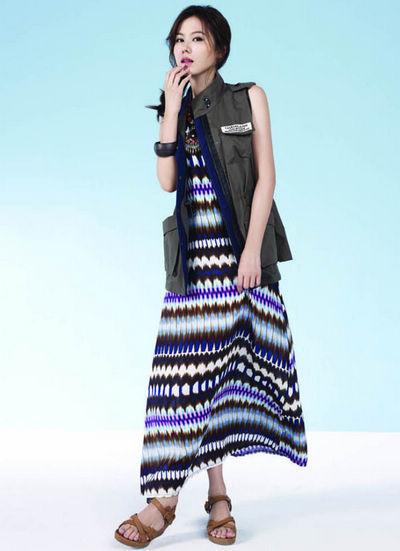 李多海民族花纹的连衣长裙搭配军装马甲