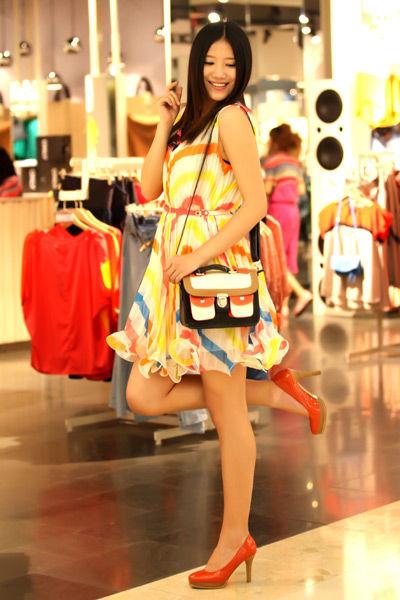 荧光色连衣裙