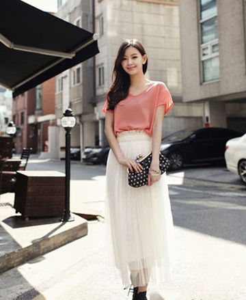 肉粉色的宽松丝质薄衫