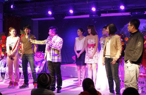 演出人员@张成晓勇与现场两对情侣互动,笑点不断