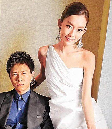 范玮琪(右)婚礼当天疯玩派对