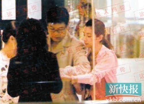 05年李冰冰被拍到与已40多岁的神秘男子香港购物