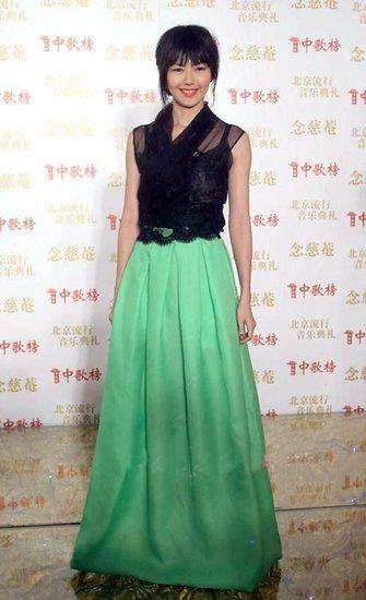 黑色蕾丝透视装+绿色长裙