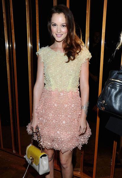 粉彩连衣裙+拼色手提包
