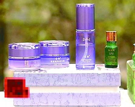 王女士使用的两套美白化妆品(央视节目截图)