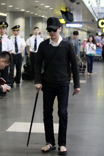 冯绍峰身休闲装现身机场