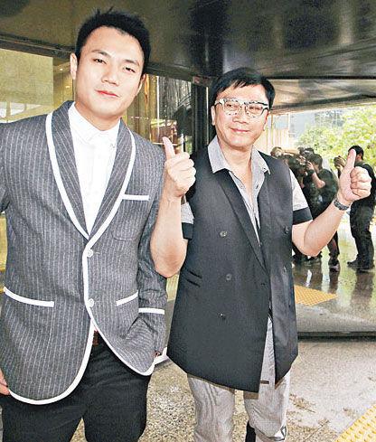 首被告刘定成(右)竖起拇指显得对案件信心十足,左为次被告卢昕杰
