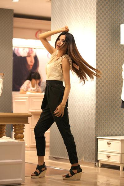 美女达人演绎黑白复古收腰连体裤