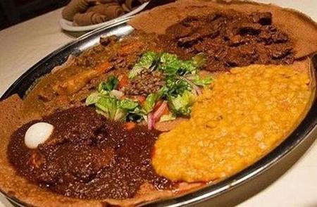 埃塞俄比亚国菜:生牛肉配英吉拉薄饼