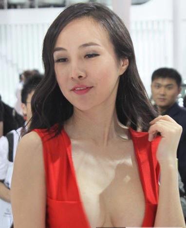 红色低胸礼服