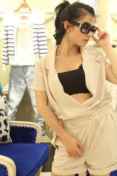 米色连体裤 越简约越时尚