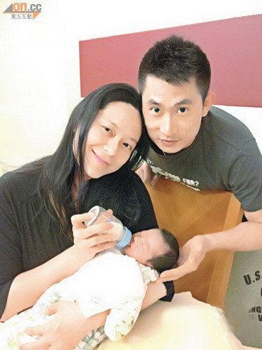 宝宝出生 老公朱少杰亲自剪脐带