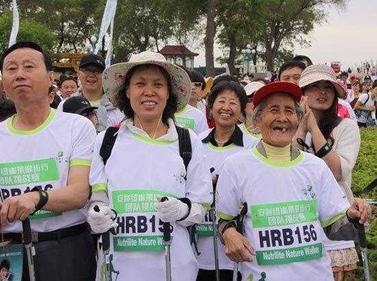 参加本次健步行活动的人群里,年龄最高的80岁老奶奶