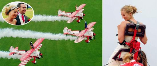 英国新郎新娘站立在飞机上举行空中婚礼