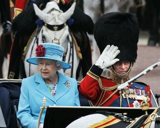 英国女王参加皇家军队阅兵式
