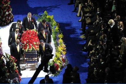 杰克逊棺椁进入悼念仪式现场