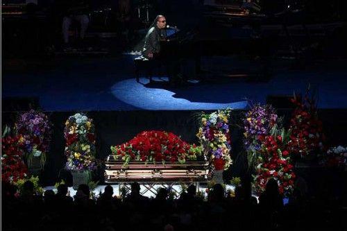众多明星大腕在杰克逊悼念仪式上献艺追思天王