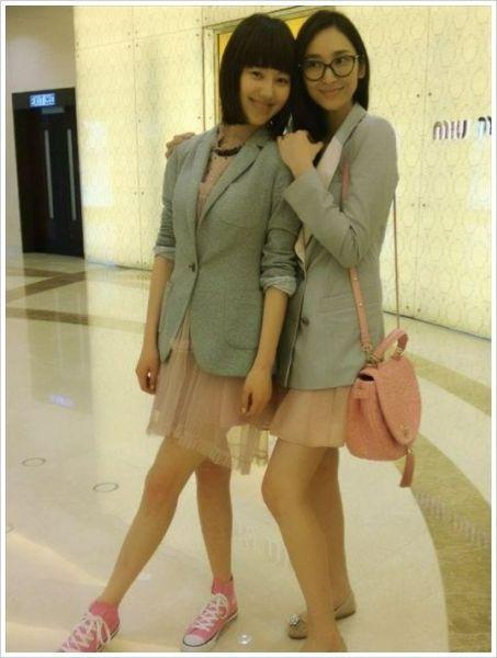 粉色连衣裙加灰色西装