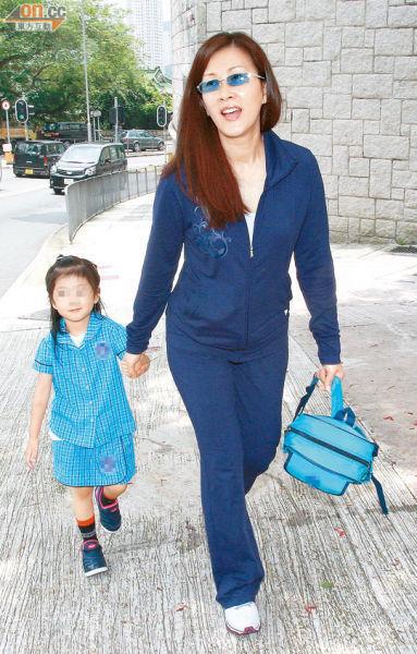 刚刚踏进42岁的陈慧珊,露出灿烂笑容,亲自送爱女上学。