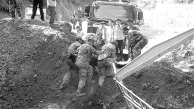 战士将被困人员救出