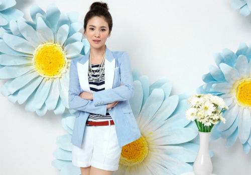 蓝白拼色西装+条纹T恤+白色短裤