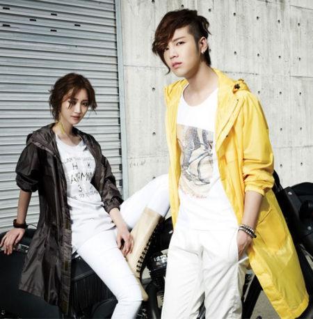 长款冲锋衣+ logo T恤+白色休闲裤