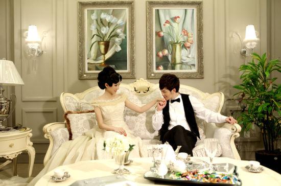 微女郎展示法式浪漫家具
