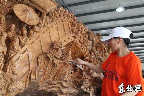 工人们在第23届哈洽会宾西木材分会场加紧布展