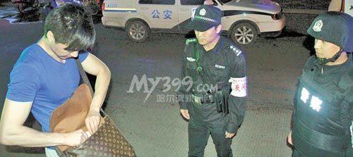 夜巡民警在执勤