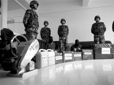警方缴获的部分制毒工具和毒品