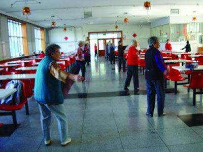 第一福利院的老人正在餐厅做健身操