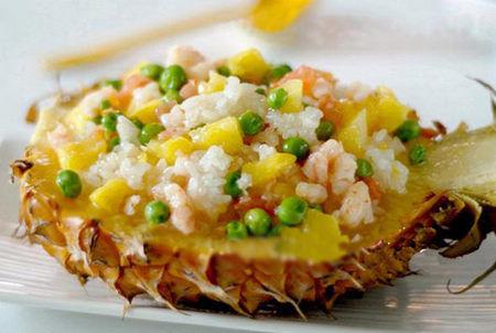 以菠萝为盛饭器具,味道真的美极了