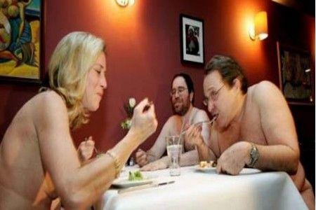 就餐者必须坐在毛巾上