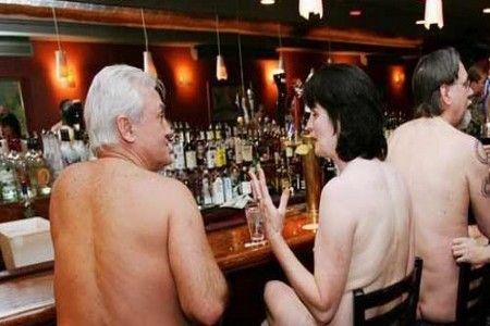 裸体餐馆内的裸体人们
