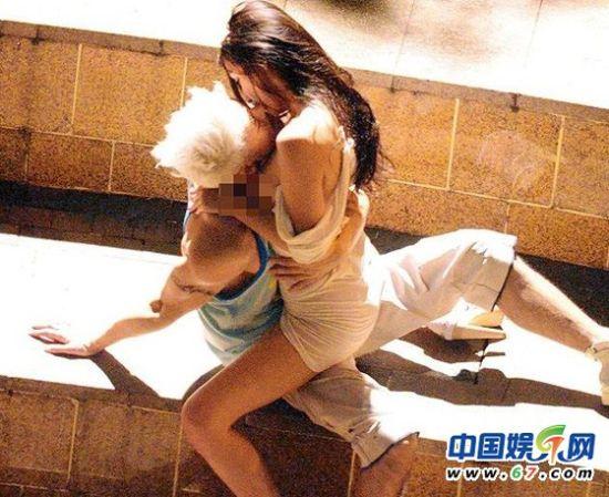 34D刘羽琦不用乳贴,就当街脱下吊带,胸压沈震轩激吻致走光