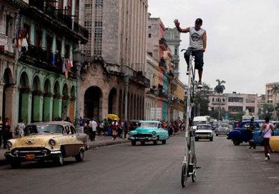 古巴男子古罗拉在街头骑着自制的巨型脚踏车,该车有3米多高。