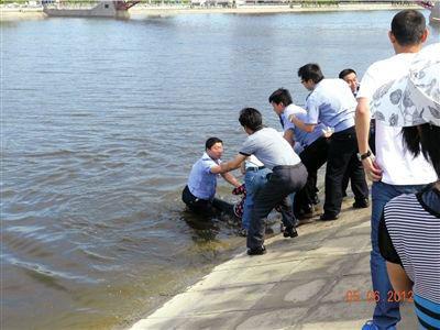 民警跳下水去与群众合力将轻生女子拉上岸。本报通讯员 林晶 摄