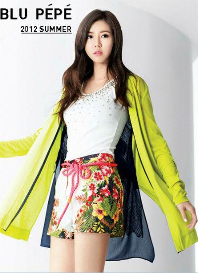 钉珠背心 + 印花短裤 + 荧光绿薄外套