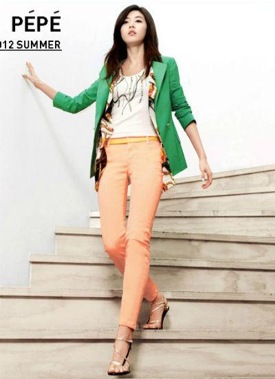 糖果色西装 + 橘色紧身裤 + 高跟凉鞋