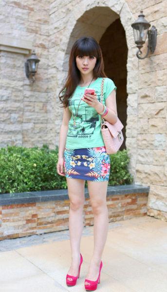 柳岩:涂鸦T恤 + 印花包臀裙