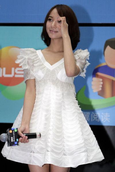 V领层次感丰富白裙,清纯又带女人味