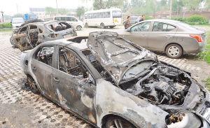 图为现场的一辆速腾轿车和一辆比亚迪SUV被烧成了空架子。本报记者 李鹏举摄