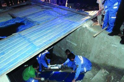 救援人员地下室救伤者